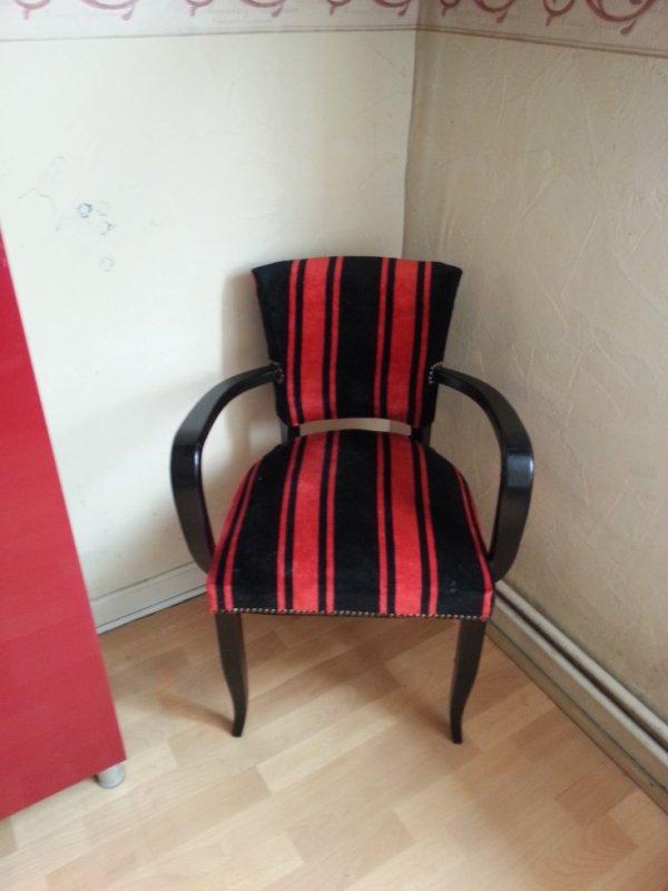 vieille chaise noir laqu avec tissus rouge et noir teddy reloock. Black Bedroom Furniture Sets. Home Design Ideas